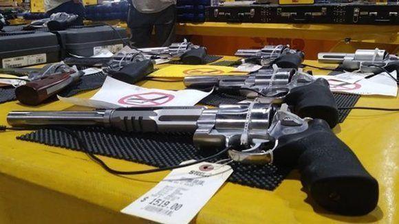 En la feria pueden adquirirse armas de todo tipo y calibre. Foto: Guillermo D. Olmo/ BBC.