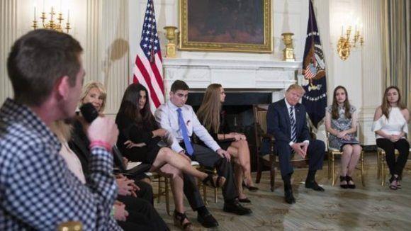 Donald Trump se reúne con estudiantes y profesores de secundaria en la Casa Blanca.