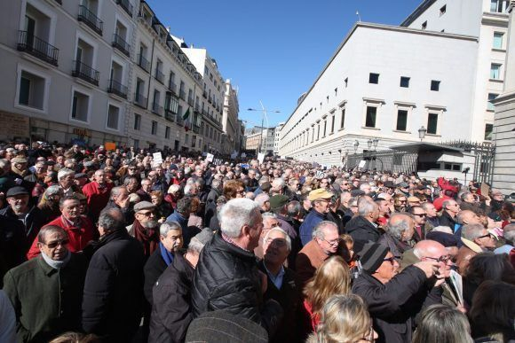 Reclaman pensiones dignas y dimisión de Rajoy jubilados españoles