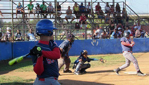 Desde las gradas los padres siguen las acciones del juego. Foto  Cinthya  García Casañas  Cubadebate. 87cc7190b75
