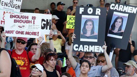 Protesta exigiendo mayores controles a la venta de armas frente al juzgado federal del condado de Broward, en Fort Lauderdale. Foto: AFP.