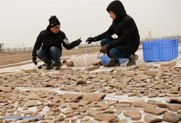 Hallan en tumba de más de dos mil años tetera que contiene licor