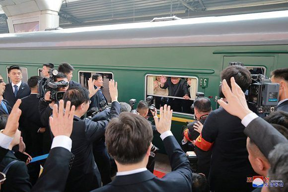 Kim Jong-Un a la prensa saluda desde un tren en China. Foto: KCNA.