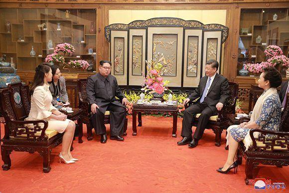 Encuentro entre el líder norcoreano Kim Jong Un y su esposa Ri Sol Ju con el presidente chino Xi Jinping y su esposa Peng Liyuan. Foto: KCNA.
