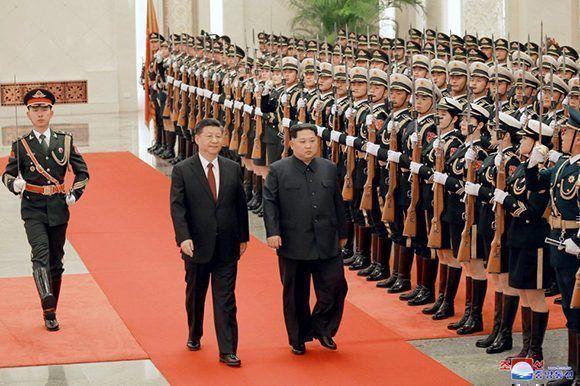 Pese a que es una visita no oficial, Xi Jinping recibió a Kim Jong-Un con todos los honores. Foto: KCNA.