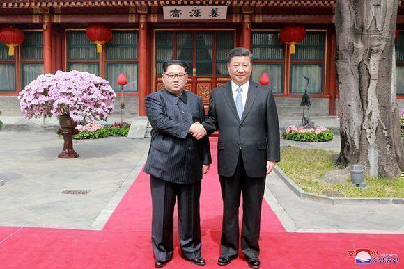Kim Jong-Un y el presidente chino, Xi Jinping, se estrechan la mano. Foto: KCNA.