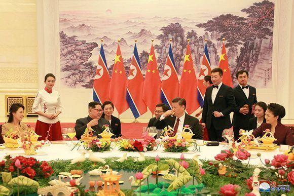 Kim Jong-Un y Xi Jinping durante una recepción en Beijing. Foto: KCNA.