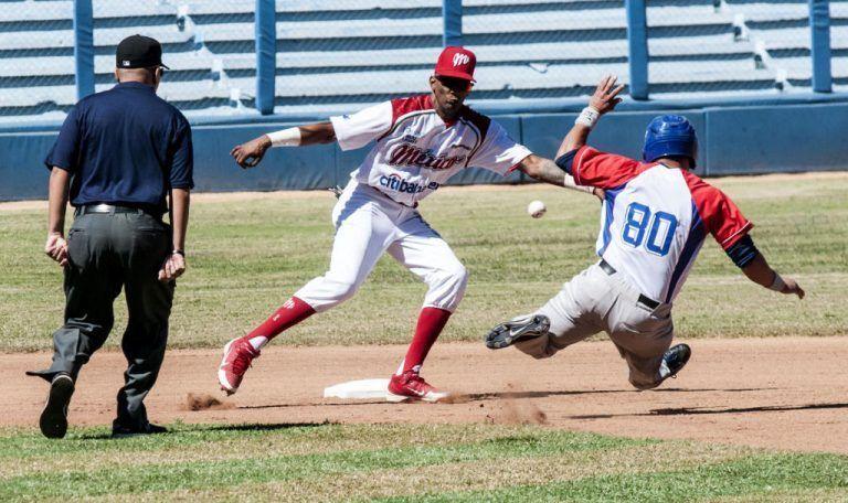 Continúa en dos estadios duelo beisbolero Cuba-México