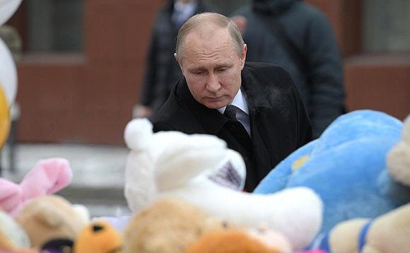 Visita Putin la escena del incendio ocurrido en un centro comercial ruso