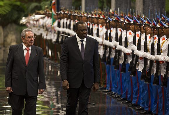 Recibe Raúl Castro al Presidente de Kenya (+ Fotos)