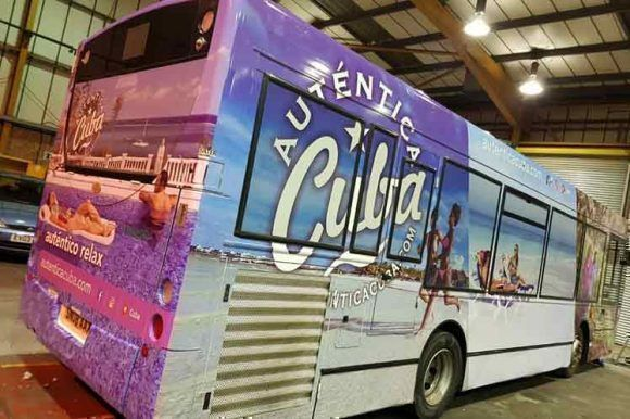 Autobuses británicos se suman a la campaña promocional Auténtica Cuba
