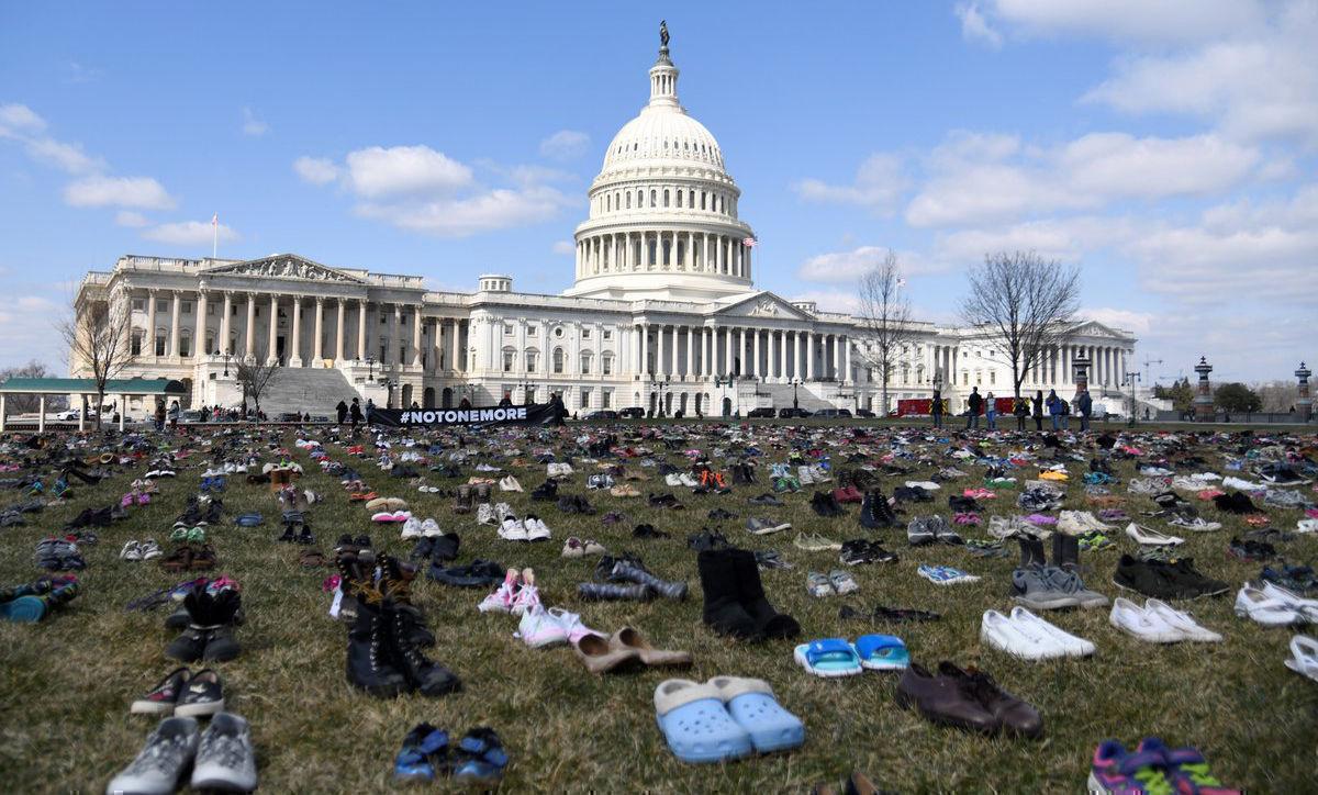 Siete mil pares de zapatos, siete mil niños muertos en tiroteos escolares