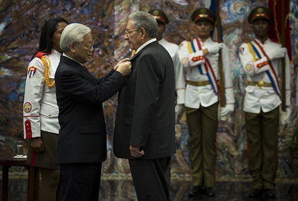 Nguyen Phu Trong condecora a Raúl con Orden Estrella Dorada de Vietnam (+ Fotos)
