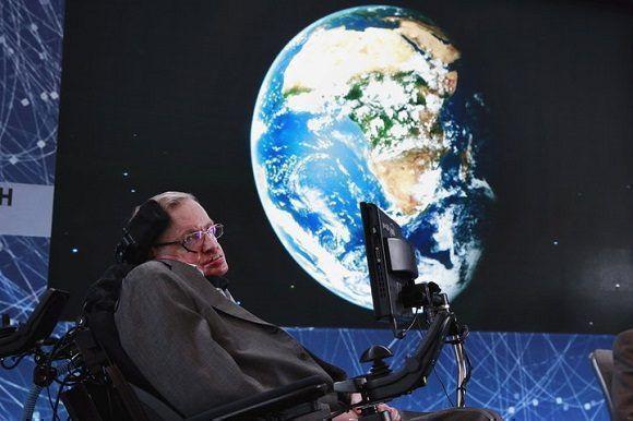 A los 74 años, Stephen Hawking se sienta en el escenario durante el anuncio de la iniciativa Breakthrough Starshot en Nueva York el 12 de abril de 2016. Foto: Lucas Jackson/ Reuters
