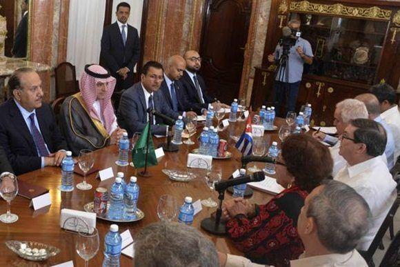 Recibe presidente cubano Raúl Castro a canciller de Arabia Saudita