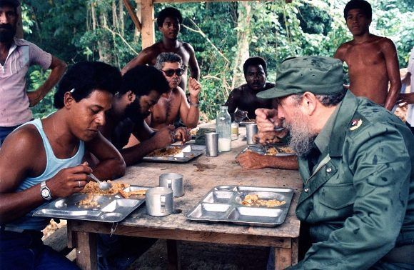 Junto a trabajadores del contingente Blas Roca, 6 de noviembre de 1988. Foto: Estudios Revolución / Sitio Fidel Soldado de las Ideas