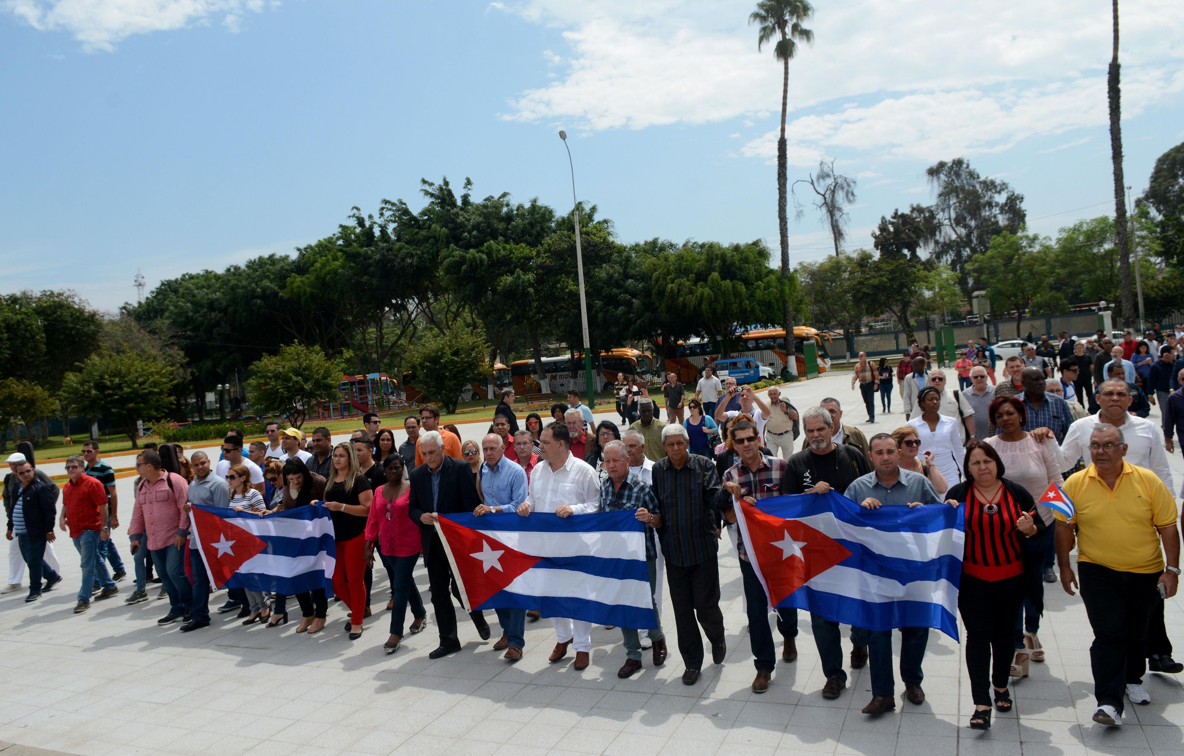 La sociedad civil cubana rinde homenaje a los próceres de la independencia del Perú. Foto: Roberto Suárez.