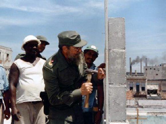 En la ampliación del Hospital Miguel Enríquez, 31 de agosto de 1987. Foto: Estudios Revolución / Sitio Fidel Soldado de las Ideas