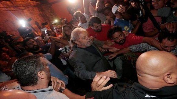 Lula ingresa en prisión en Curitiba. Se mantienen las manifestaciones en su apoyo