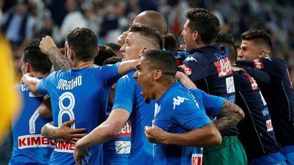 594c38d95a5fa El Napoli logró una valiosa victoria en casa de la Juve y se coloca a un  punto del liderato en la Serie A. Foto  Reuters.