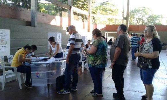 Abren los colegios electorales para las presidenciales de Paraguay