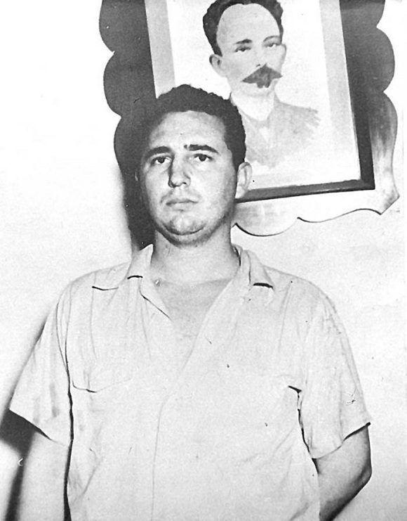 Fidel Castro en el Vivac de Santiago de Cuba luego de haber sido tomado prisionero por los asaltos a los cuarteles Moncada y Carlos Manuel de Céspedes, 1ro de agosto de 1953. Foto: Periódico Granma / Sitio Fidel Soldado de las Ideas
