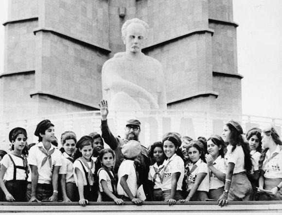 Fidel Castro con los pioneros durante un homenaje a José Martí en la Plaza de la Revolución, La Habana. Foto: Jorge Oller /Sitio Fidel Soldado de las Ideas