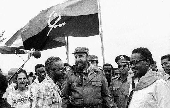 Fidel Castro visita las poblaciones de Quifangondo y Caxito, en compañía del presidente angolano Agosthino Neto, el 24 de marzo de 1977. Foto: Joaquín Viñas/ Sitio Fidel Soldado de las Ideas.