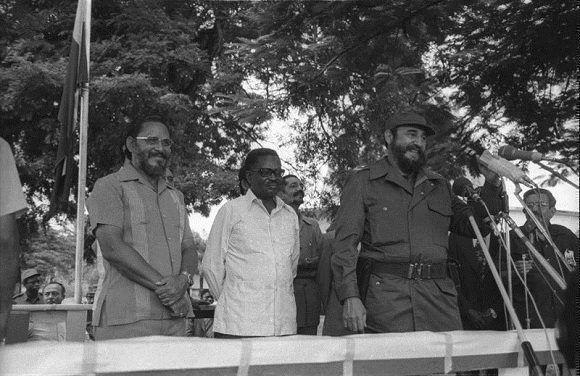 Fidel Castro junto al presidente angolano Agostinho Neto, haciendo uso de la palabra en una concentración popular en el Museque de Golf, Luanda, en ocasión de su primera visita a Angola, el 24 de marzo de 1977. Foto: Joaquín Viñas/ Sitio Fidel Soldado de las Ideas.
