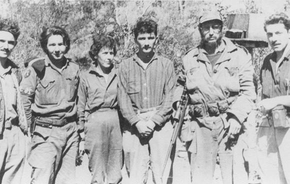 Fidel Castro, Raúl Castro, Armando Hart y Celia Sánchez Manduley en el Primer Frente Oriental José Martí, en la Sierra Maestra. Foto: Instituto de Historia / Sitio Fidel Soldado de las Ideas