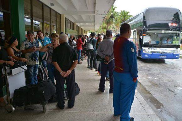 Familiares de víctimas del accidente aéreo viajaran en ómnibus a La Habana