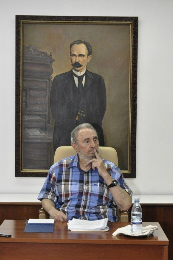 Fidel Castro durante un diálogo con periodistas del programa Televisivo Mesa Redonda, 22 de agosto de 2010. Foto: Estudios Revolución / Sitio Fidel Soldado de las Ideas