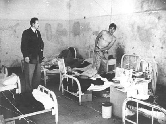 Fidel Castro junto al Che en una celda de la cárcel migratoria de Miguel Schultz en Ciudad de México, julio de 1956. Foto: Oficina de Asuntos Históricos del Consejo de Estado / Sitio Fidel Soldado de las Ideas.