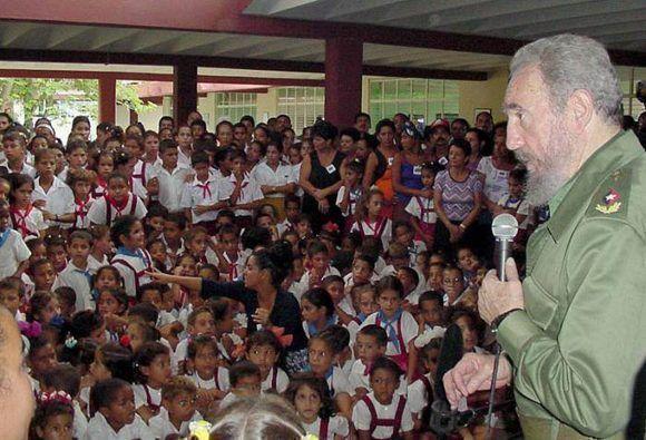 En la escuela multigrado 6 de Agosto, de Birán, Holguín, 2003. Foto: Sitio Fidel Soldado de las Ideas.