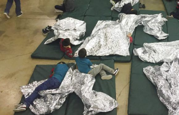 Ordena Trump a su Gobierno reunificar a familias separadas