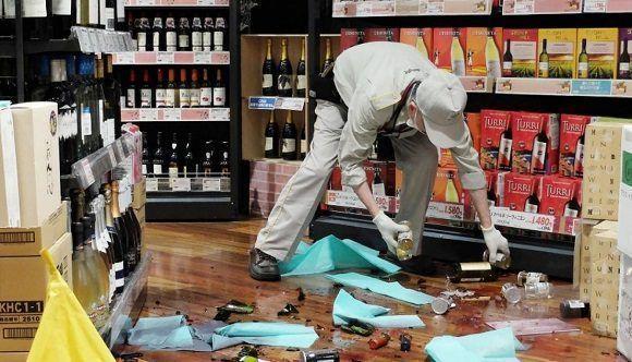 Un hombre organiza una tienda tras el terremoto en Japón. Foto: AFP.
