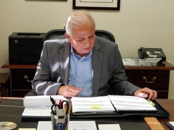 Tomás Regalado se va por la puerta de atrás de las mal llamadas Radio y TV Martí
