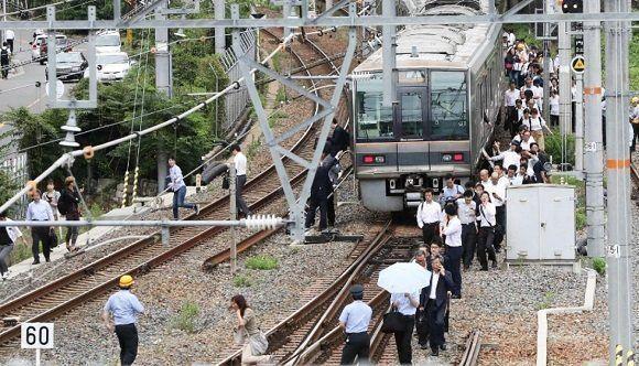 El sismo afectó las vías ferroviarias. Foto: AFP.