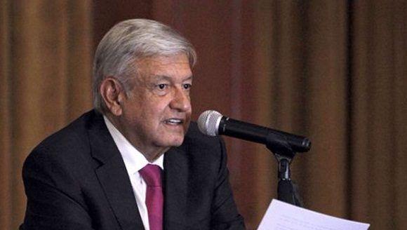 ¡Arroooooooz! Señora le pide muy efusivamente un beso a López Obrador