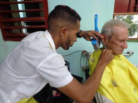 Como parte de las medidas, en las actividades de belleza se integrarán siete actividades (barbero, maquillista, masajista, manicura, peluquera, peluquera peinadora de trenzas y peluquero tradicional). Foto: Elba Salazar Cuba