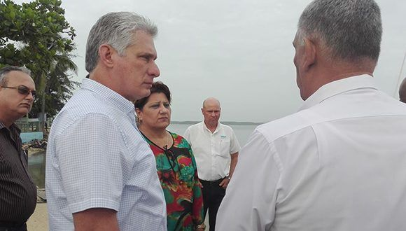 Presidente cubano supervisa labores de saneamiento en la bahía de Cienfuegos