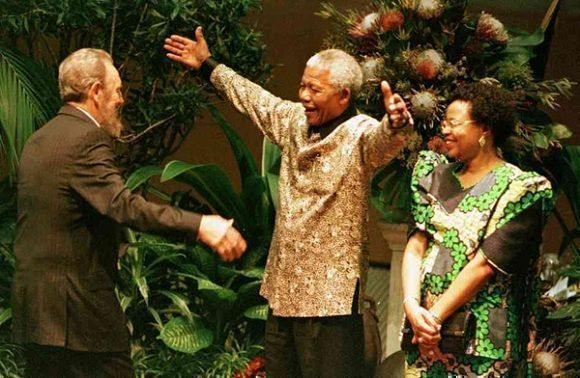 El abrazo de dos amigos entrañables, en presencia de Gracia Machel, en el inicio de la Cumbre del Movimiento de los Alineados, en Durban, septiembre de 1998. Foto: Juventud Rebelde / Sitio Fidel Soldado de las Ideas