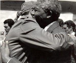 Fidel Castro recibe al líder sudafricano Nelson Mandela en el Aeropuerto Internacional José Martí, en ocasión de su primera visita a Cuba tras su liberación de las cárceles del régimen racista sudafricano del Apartheid, 25 de julio de 1991. Foto: Pedro Beruvides / Sitio Fidel Soldado de las Ideas