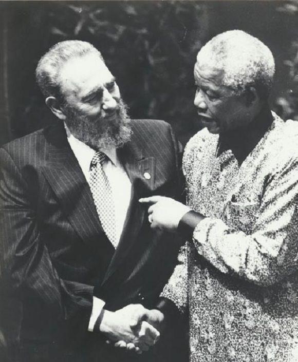 Encuentro de dos amigos entrañables, en el inicio de la Cumbre del Movimiento de los Alineados, en Durban, septiembre de 1998. Foto: Juvenal Balán / Sitio Fidel Soldado de las Ideas
