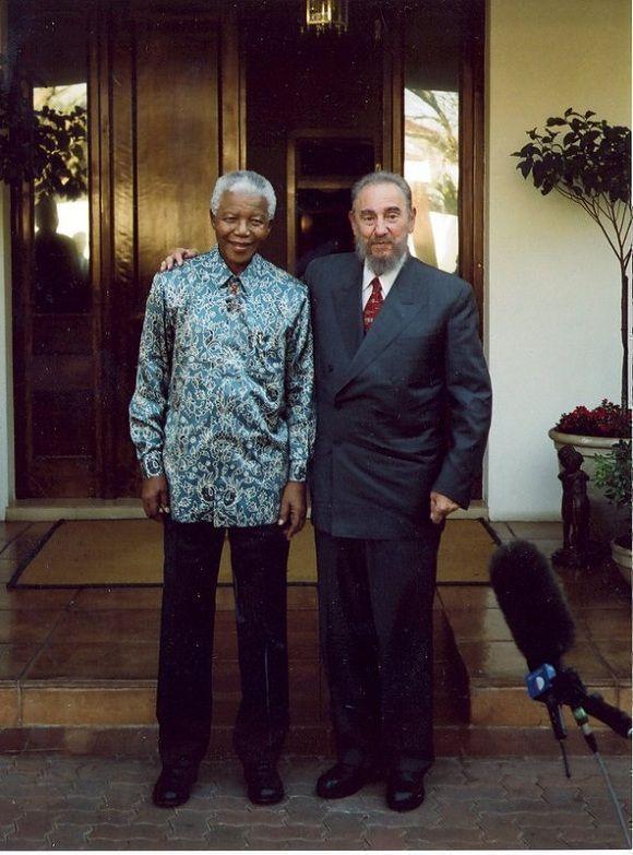 Fidel Castro visita a Nelson Mandela ex presidente de Sudáfrica en su residencia de Houghton, en Sudáfrica, 2 de septiembre de 2001. Foto: Estudios Revolución / Sitio Fidel Soldado de las Ideas