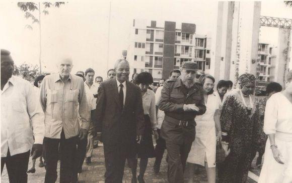 Fidel Castro junto a Nelson Mandela recorre las instalaciones de la Villa Panamericana. Los acompañan Vilma Espín, Winnie Mandela y José Ramón Fernández, Presidente del Comité Organizador de la cita deportiva, 25 de julio de 1991. Foto: Sitio Fidel Soldado de las Ideas