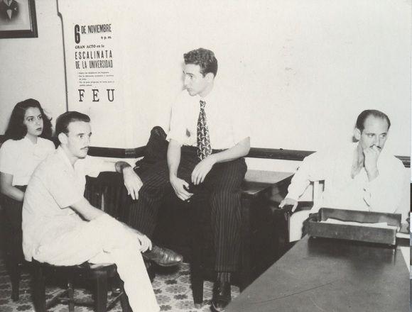 Fidel Castro con otros líderes estudiantiles en el Salón de los Mártires de la FEU tras el robo de la Campana de la Demajagua, que había traído de Manzanillo para un acto antigubernamental convocado por la FEU, 6 de noviembre de 1947. Foto: Oficina de Asuntos Históricos del Consejo de Estado/ Sitio Fidel Soldado de las Ideas