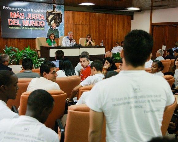 Fidel Castro durante el encuentro con los estudiantes, en ocasión del Día Internacional del Estudiante, 17 de noviembre de 2010. Foto: Roberto Chile / Sitio Fidel Soldado de las Ideas