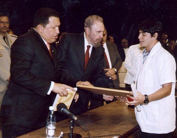 Fidel, Chávez y otros mandatarios y personalidades de América Latina y el Caribe presidieron la Primera Graduación de la Escuela Latinoamericana de Medicina (ELAM), 20 de agosto de 2005. Foto: Estudios Revolución / Fidel Soldado de las Ideas