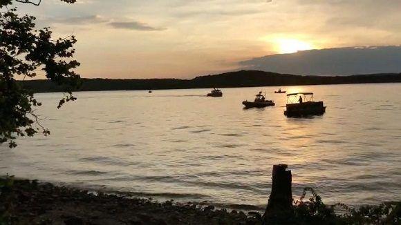 Al menos 13 muertos al hundirse barco turístico en Missouri